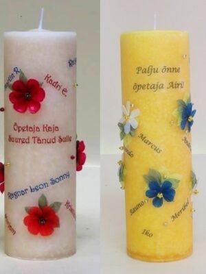 Võhma Valgusevabriku läbivärvitud naturaalvalge ja kollane käsitööküünal, millele on eritellimusega trükitud koolilõpetajate nimed, pühendus ja kunstniku poolt lisatud kaunistuseks 3D lilled. Ilus kingitus kursuse/klassi poolt on õpetajale