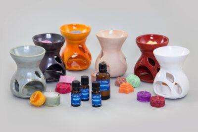 Võhma Valgusevabriku valik erivärvilisi käsitöökeraamikast aroomilampe, aroomiõlisid, teeküünlaid ja rapsivahast aroomivahasid