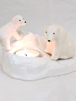 Valgest põletatud savist keraamiline teeküünlaalus Lõuna-Eesti meistritelt. Sobib sisustuselemendiks ja ka suurepärane kingiidee loodusesõbrale või neile, kes hindavad käsitööd. Komplektis teeküünlad (10tk) enda valikul kas lõhnaga või ilma. Põlemisajaga umbes 4h. Sobiva aroomi vali rippmenüüst või märgi, et soovid teeküünlaid ilma lõhnata. Eesti Käsitöö