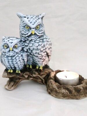 Valgest põletatud savist keraamiline teeküünlaalus Lõuna-Eesti meistritelt. Sobib sisustuselemendiks või kingituseks neile, kes armastavad loodust, hindavad käsitööd. Öökull on tarkuse sümbol ja küünlaalus sobib kingituseks ka näiteks õpetajale. Komplektis kaasas teeküünlad (10tk) enda valikul kas lõhnaga või ilma. Põlemisaeg umbes 4h/tk. Eesti käsitöö