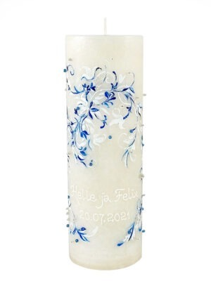 A beautiful blue and white lacy ornament with striking pearls that give the candle a Nordic and elegant look. Two people, two colours, a gracefully drawn harmonious and beautiful pattern, fates intertwined.10x30 cm