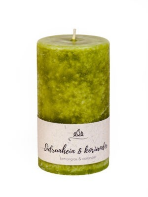 Scented candle Lemongrass & coriander  A refreshing combination of spicy lemongrass and the world's oldest oriental herb coriander.  Coloured through scented candle. Olive green.